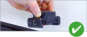 Das Modul kann mit zwei Fingern abgehoben werden.